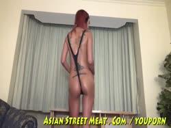 Тощую азиатку парень посадил на цепь и отымел в анал 1