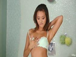 Скриншот для Красивая длинноногая девочка позирует перед камерой и мастурбирует