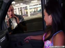 Развратная секси азиатка трахается на большом члене в машине 2