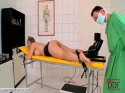 Доктор по всякому извращается над грудастой азиаткой в коже 2