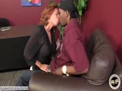 Зрелая рыжая начальница соблазнила негра на секс 1