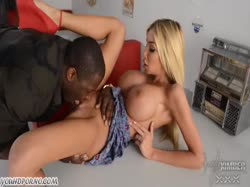Блондинка домохозяйка показала негру огромные дойки и он ее отымел 1