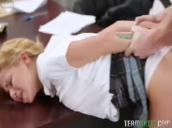 Молоденькая красотка студентка дрючится с преподом за отметки 3