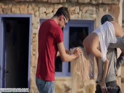 Скриншот для Парни раскрутили молодую блондинку на нежную групповуху