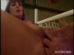 Мужик отлизал девушке и устроил с ней секс на полу 1