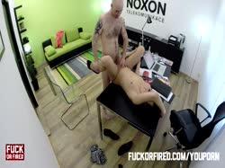 Лысый мужик устроил порно с красивой брюнеткой на собеседовании 3