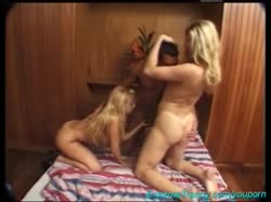 Две блондинки латинки сняли групповое порно в отеле 3