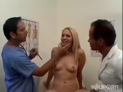 Блондинка в кабинете врача делает групповой минет 1