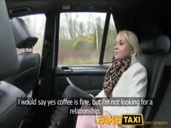 Пухлая жопастая блондинка трахнулась с таксистом на заднем сидении 1