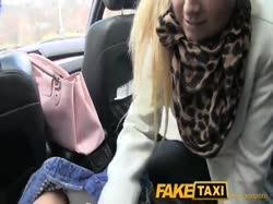 Пухлая жопастая блондинка трахнулась с таксистом на заднем сидении 2