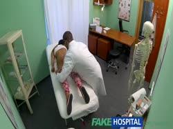 Доктор с жопастой брюнеткой снимает порно от первого лица 2