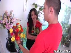 Мужик соблазнил на хардкорное порно продавщицу цветов 1