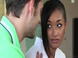Красивая стройная девушка приняла душ с мужиком и сделала ему минет 1