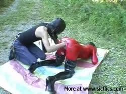Скриншот для Мужик трахает руков жопастую бабу в красном латексе