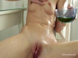Скриншот для Симпотная брюнетка устроила страстную мастурбацию перед зеркалом