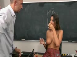 Скриншот для Шикарная студентка с большими сиськами трахается с преподом за оценки