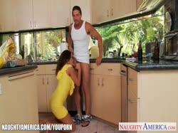 Роскошная жопастая жена смачно трахается на кухне 1