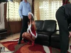 Скриншот для Гламурную секси брюнетку в чулках из сеточки трахнули в два толстых члена