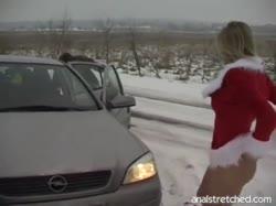 Блондинка в новогоднем костюме трахается с мужиком прямо на улице 2