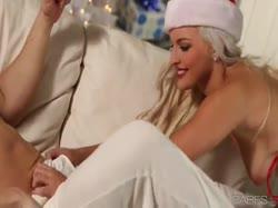 Скриншот для Миленькая блондинка в чулках даже закрыла глаза от нежного секса