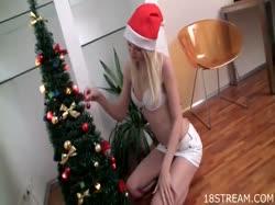 Молодая блондинка нарядила елку и решила помастурбировать 1