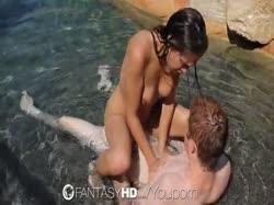 Парочка искупалась голышом и занялась сексом в бассейне 3
