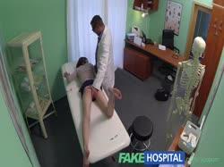 Доктор мощно отодрал хрупкую рыжую девку на кушетке 2