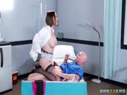 Сисястая докторша замутила с хирургом нереальное порно 2