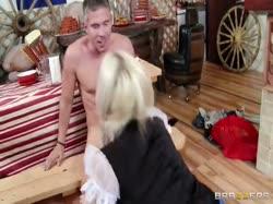 Красивая блондинка в сексуальной униформе соблазнила клиента 3