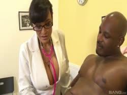 Скриншот для Зрелая похотливая врачиха с большими сиськами устроила порно с негром