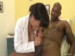 Зрелая похотливая врачиха с большими сиськами устроила порно с негром 3